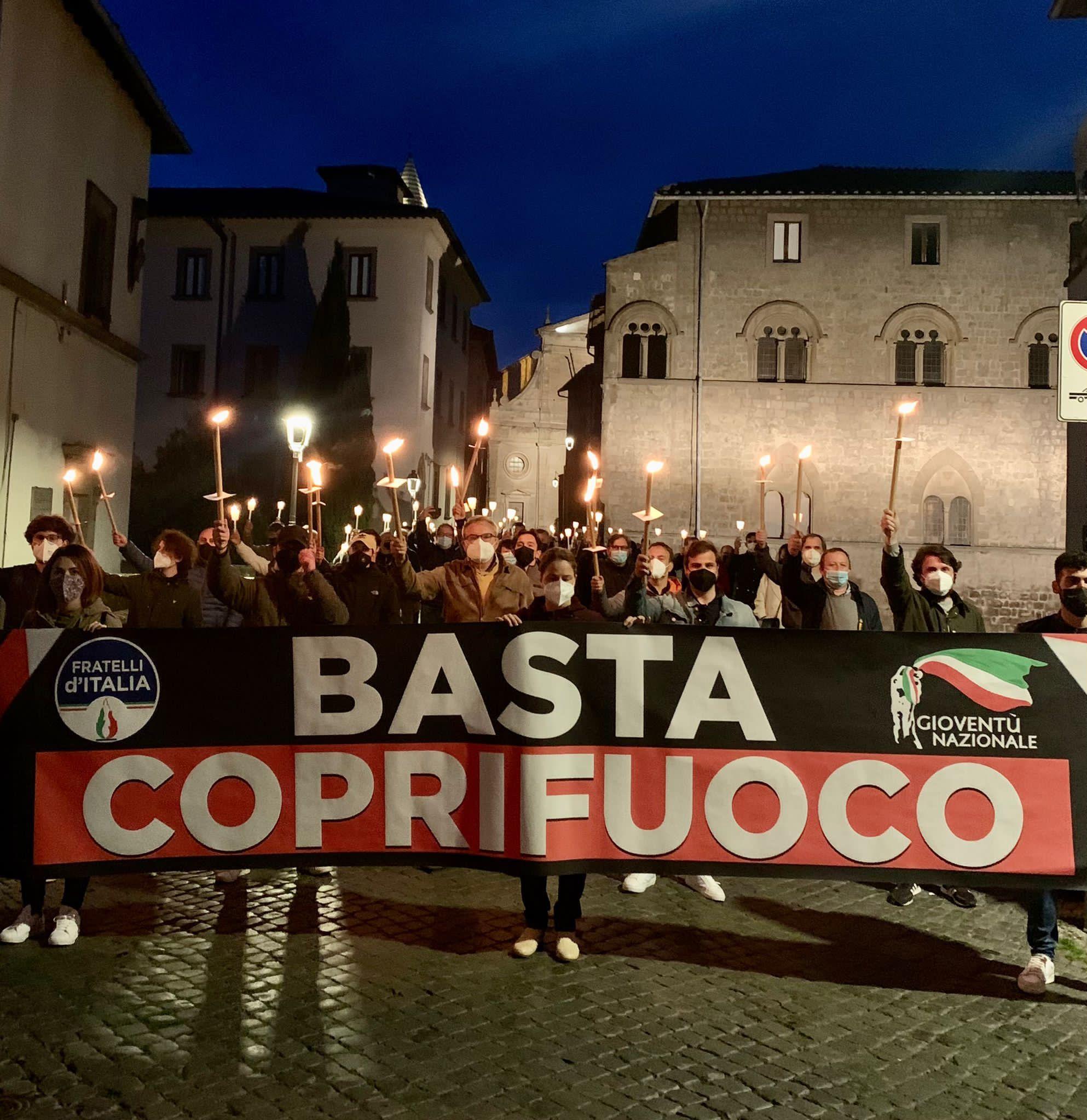 FRATELLI D'ITALIA IN PIAZZA A VITERBO, CONTRO IL COPRIFUOCO DELLE 22